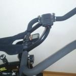 スピンバイクにミノウラスマートフォンホルダー[iH-400 STD] をつける